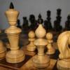 Подарочный набор шахмат. Доска – карельская береза, красное дерево. Фигуры – красное дерево, самшит, рог, кость. 80х80. Фигуры 15х5